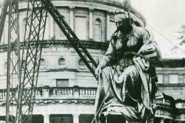 Statue of Victoria being hoisted away in front of leinster house
