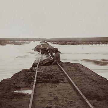 Unterspülter Bahndamm zwischen Keetmanshoop und Lüderitz, Fotografie um 1910, © Deutsches Historisches Museum